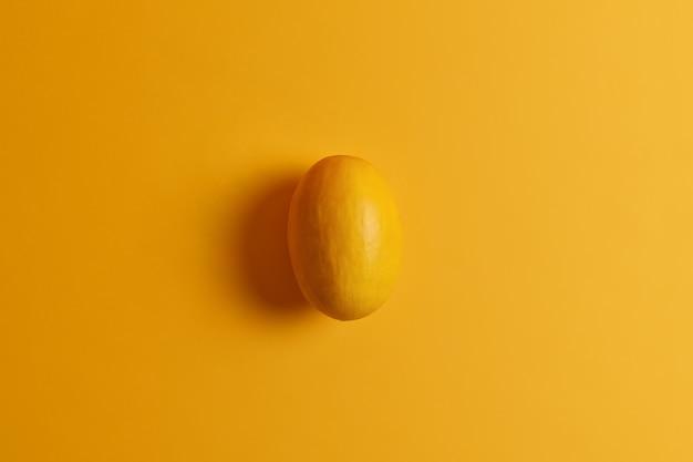 Manga amarela comestível oval. fruta exótica deliciosa. produto doce, macio e agradável de comer, fornece nutrientes ao corpo, contém açúcar natural. variedade de vitaminas e minerais essenciais. vista do topo