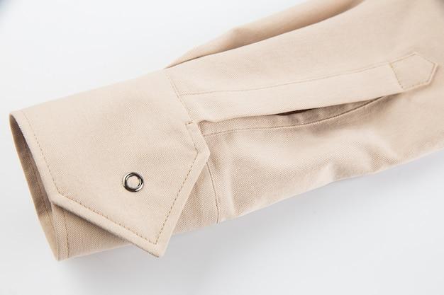 Manga comprida em tecido de algodão bege com fecho de botão