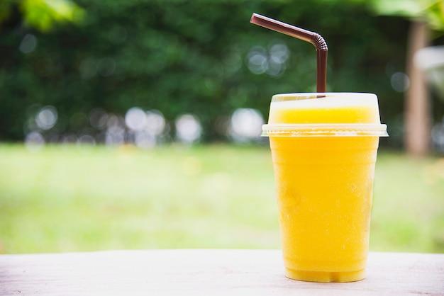 Manga de gelo laranja mistura no jardim verde
