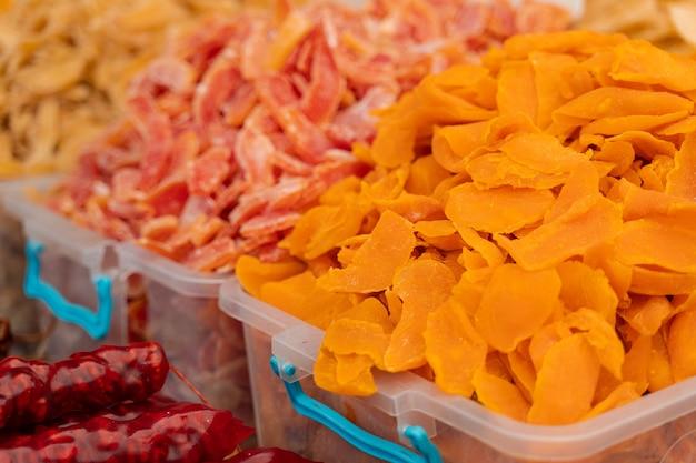 Manga desidratada e outras frutas cristalizadas no mercado turco.