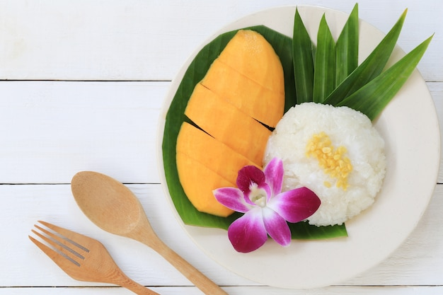 Manga e arroz doce é sobremesa tradicional popular da tailândia