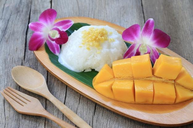 Manga e arroz doce é sobremesa tradicional popular.