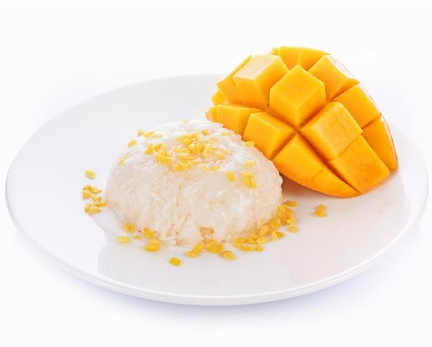 Manga e arroz pegajoso no fundo branco