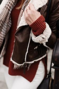 Manga e gola de um close-up de jaqueta. garota com roupas quentes de inverno.