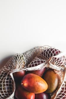 Manga em um fundo branco. alimentação saudável, estilo de vida saudável.