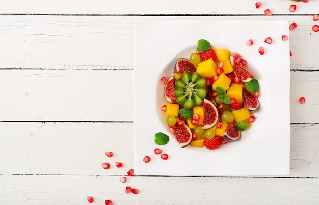 Manga, kiwi, figo, morango, uvas, pêra e laranja