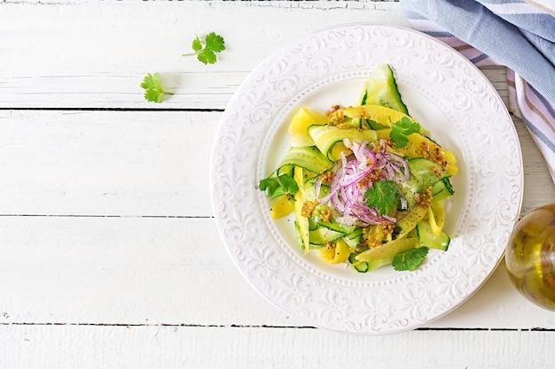 Manga saudável da salada do vegetariano, pepino, coentro e cebola vermelha no molho do agridoce. comida tailandesa. refeição saudável. vista do topo. lay plana
