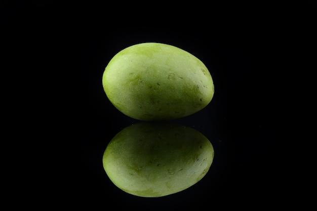 Manga verde fresca sobre fundo preto