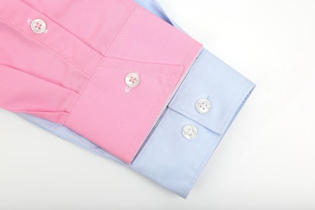 Mangas de camisa azul e rosa na luz