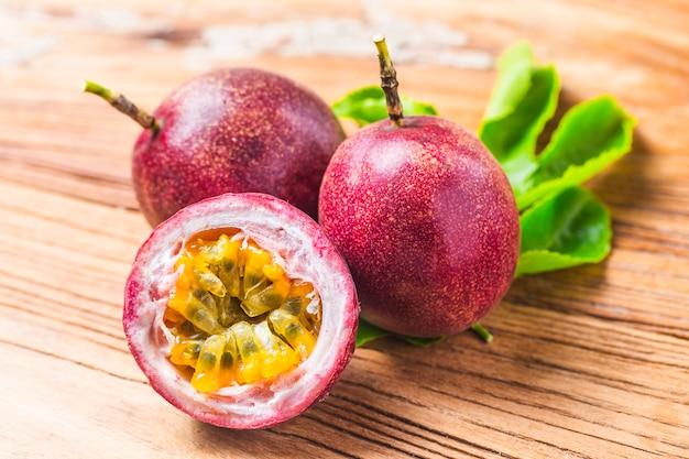 Mango com smoothie de fruta da paixão por ingredientes frescos