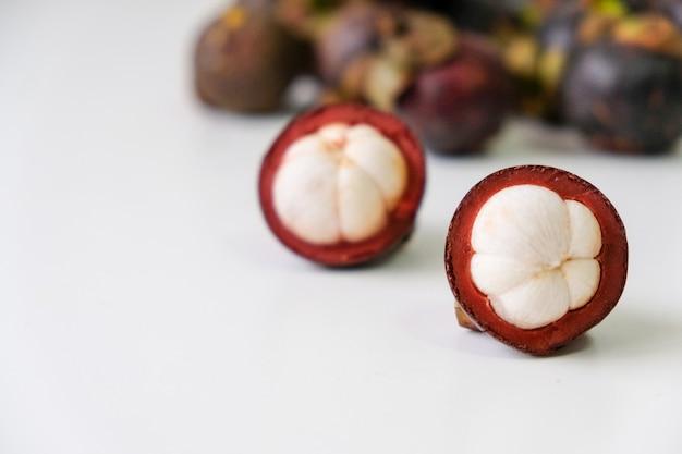 Mangostão, casca roxa, cortada ao meio, juntar as pilhas em grupos