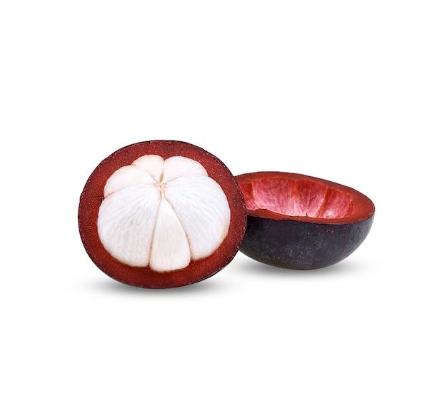 Mangostão isolado no fundo branco.