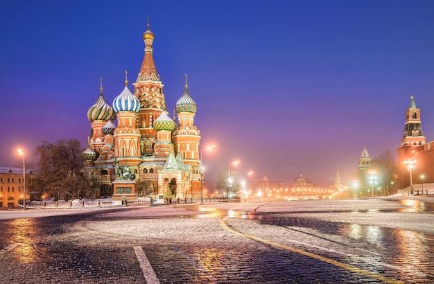 Manhã azul de inverno na praça vermelha e na catedral de são basílio em moscou