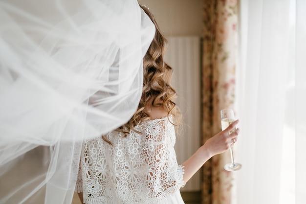 Manhã da noiva. casamento de belas artes. noiva feliz