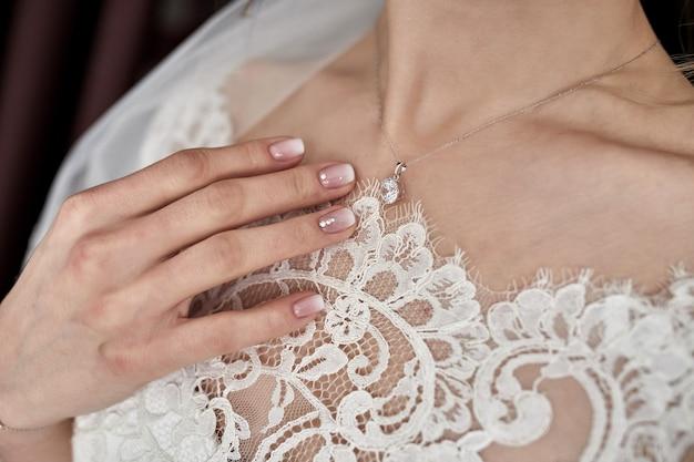 Manhã da noiva quando ela usa um lindo vestido, mulher se preparando antes da cerimônia de casamento