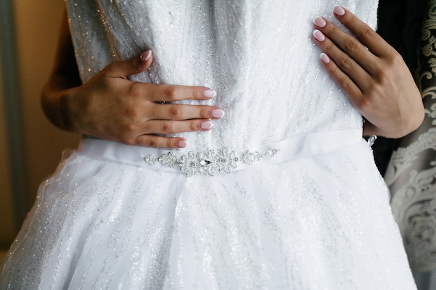 Manhã da noiva quando ela usa um lindo vestido