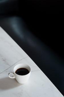 Manhã de café preto na cafeteira