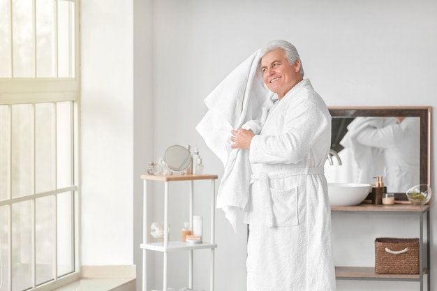 Manhã de homem maduro no banheiro
