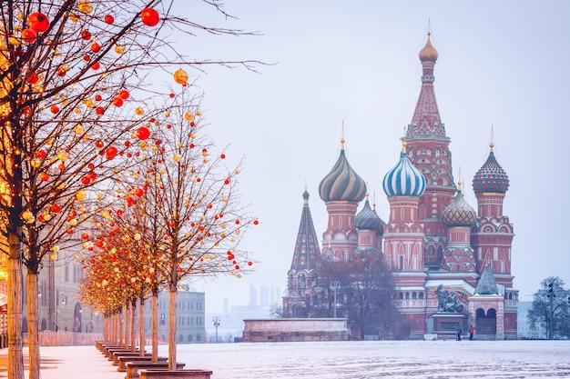 Manhã de inverno com nevoeiro gelado na praça vermelha de moscou com decorações de natal e catedral de stbasils