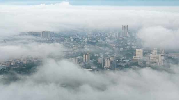 Manhã de nevoeiro sobre a cidade de manhã
