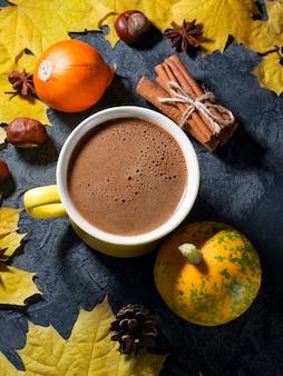 Manhã de outono aconchegante com uma xícara de café quente, folhas de bordo coloridas de outono em uma vista de mesa de pedra escura