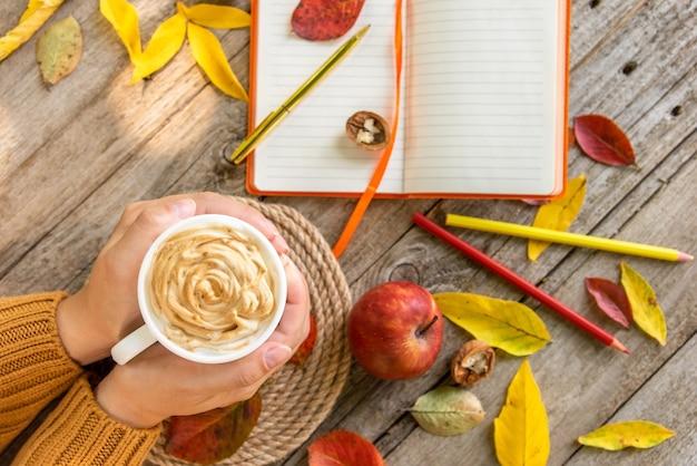 Manhã de outono com uma xícara de café