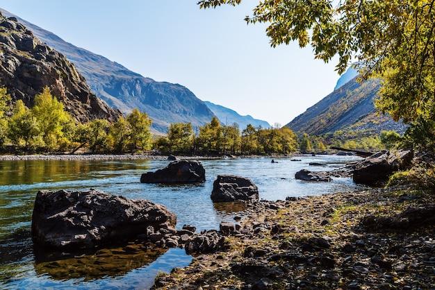 Manhã de outono montanha rio paisagem rússia altai ulagansky district chulyshman river