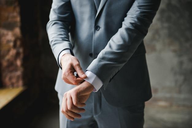Manhã do noivo. preparação de manhã do noivo. noivo jovem e bonito, vestindo-se