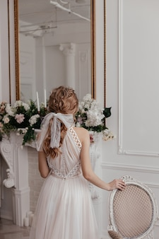 Manhã e encontro da noiva em um vestido elegante