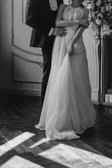 Manhã e encontro da noiva em vestido elegante com o noivo