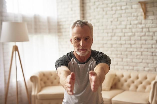 Manhã, exercícios, homem velho, esticar, squatting