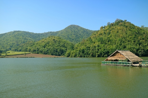 Manhã fresca no reservatório de hoob khao wong, província de suphanburi, na tailândia
