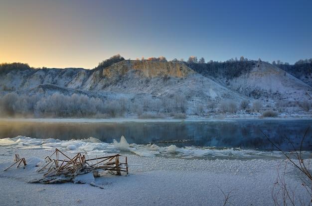 Manhã gélida de inverno antes do amanhecer