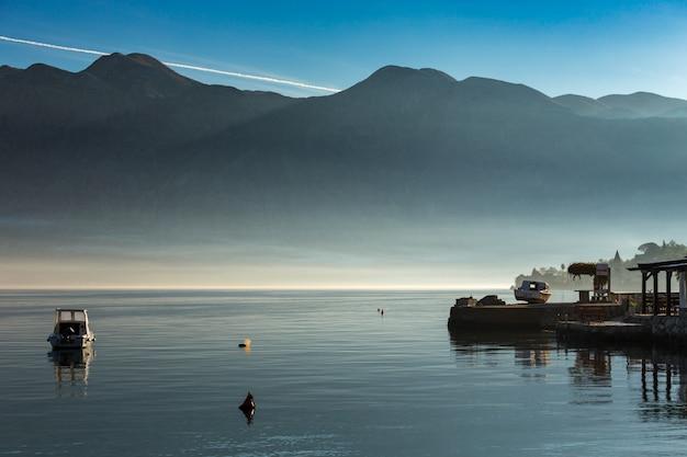 Manhã na baía de kotor. barco na baía de kotor. montenegro.