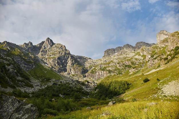Manhã nas montanhas, uma paisagem fabulosa das montanhas do cáucaso