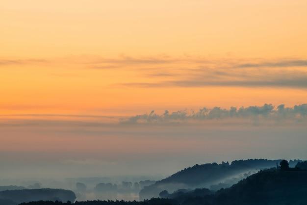 Manhã neblina mística acima amplo vale do rio