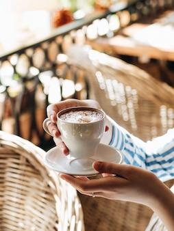 Manhã no café. uma xícara de cappuccino com canela