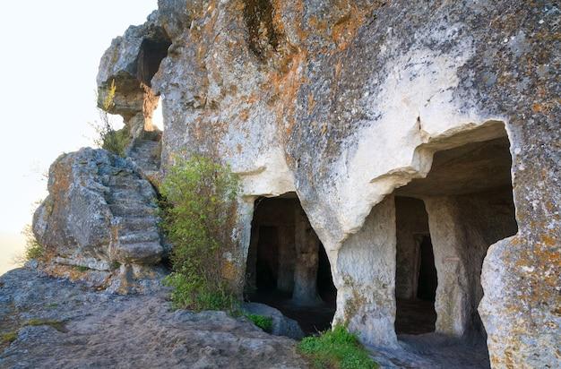 Manhã nublada vista de uma cavernas (mangup kale - fortaleza histórica e antigo assentamento de caverna na crimeia (ucrânia).