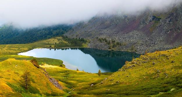 Manhã sombria no lago da montanha