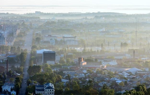Manhã vista dos arredores da cidade de lviv (ucrânia) da colina