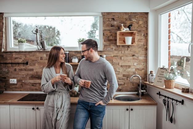 Manhãs de fim de semana. casal milenar tomando chá na manhã de inverno.