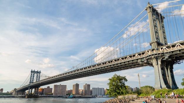 Manhattan bridge vista de baixo para apreciar sua envergadura