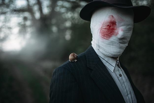 Maníaco com machado, rosto envolto em bandagens ensanguentadas