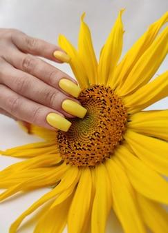Manicure amarela com girassol