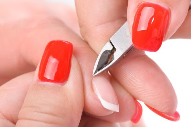 Manicure aplicando - cortando a cutícula