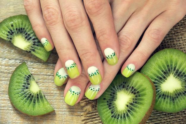 Manicure arte kiwi