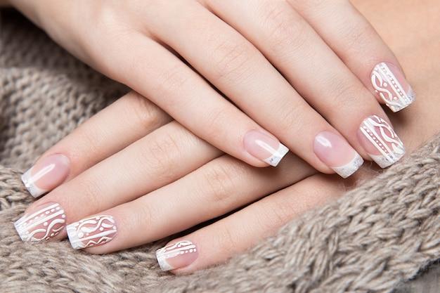Manicure branco nas mãos