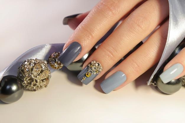 Manicure cinza-azulada com cortes