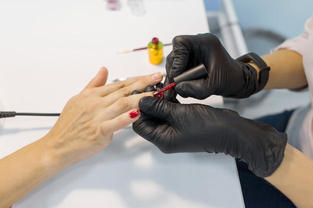 Manicure colorido, pintura de unhas