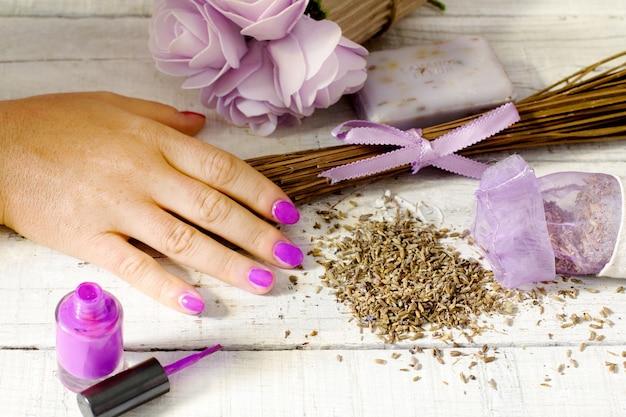 Manicure com esmalte de lavanda
